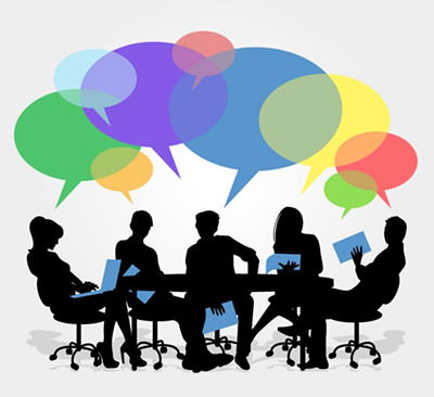 pessoas conversando em uma mesa e mostrando sites responsivos